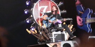 Dave Grohl sigue hasta sin pierna