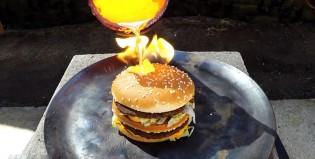 ¿Qué pasa si derramás cobre fundido sobre una hamburguesa?