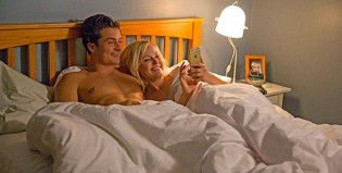 Easy: Orlando Bloom quiere un trío sexual en estas fotos de la nueva comedia de Netflix