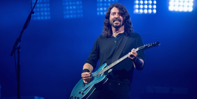 GLASTONBURY, ENGLAND - JUNE 24:  Dave Grohl of Foo Fighters performs on day 3 of the Glastonbury Festival 2017 at Worthy Farm, Pilton on June 24, 2017 in Glastonbury, England.  (Photo by Ian Gavan/Getty Images)