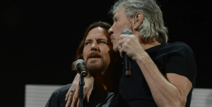 Eddie Vedder y Roger Waters juntos en Chicago haciendo Comfortably Numb
