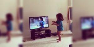El pibe que imita los movimientos de Maradona