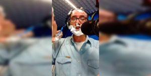 Insólito: locutor dio las noticias mientras sus compañeros lo afeitaban
