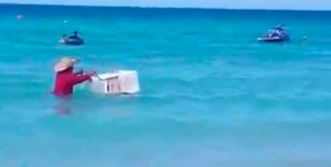 Campeón mundial: el heladero que se mete en el mar para vender