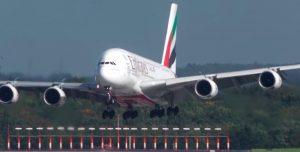 Miedo: así aterriza el avión más grande del mundo con viento cruzado
