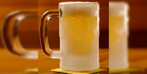 Paren todo: recomiendan no tomar cerveza en un vaso helado