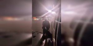 Inimputable: se cansó de esperar y bajó por el ala del avión