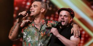 "Robbie Williams cantó ""Angels"" junto a un participante de ""X Factor"""