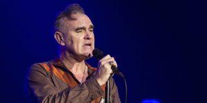 Fans de Morrissey invadieron el escenario y uno lo atacó