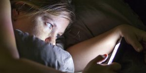 ¿Buscando trabajo? Una empresa le paga 100 mil dólares a quienes puedan vivir un año sin celular