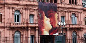 La Casa Rosada amaneció con una bandera de Romeo y Julieta por San Valentín y explotaron los memes