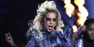[VIDEO] La terrible caída de Lady Gaga durante un recital en Las Vegas