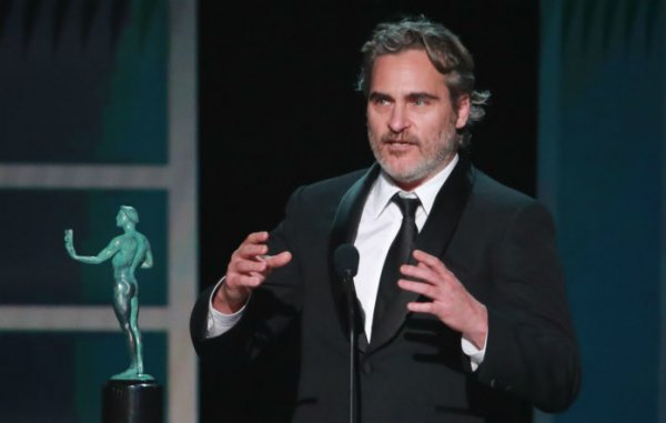 Joaquin Phoenix le rinde homenaje a Heath Ledger en los SAG Awards