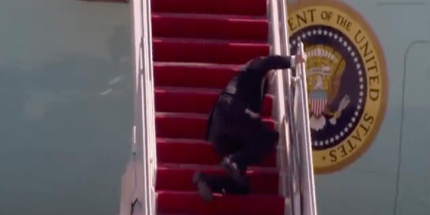 Captan al presidente Joe Biden tropezando varias veces en la escalera del avión presidencial