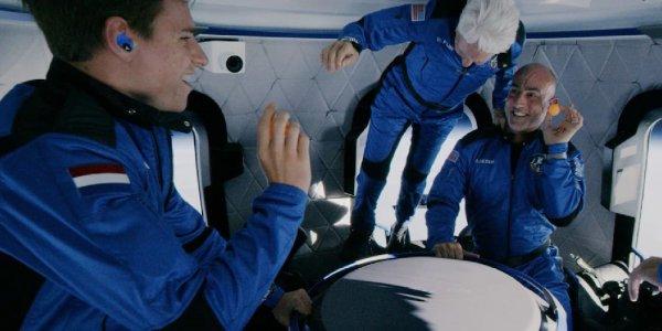 Viral: Mirá el momento en el que Jeff Bezos y los tripulantes flotaron en gravedad cero